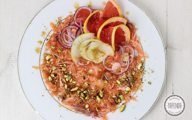 carpaccio z łososia z pistacjami, grejpfrutem i dressingiem z dodatkiem cynamonu i miodu