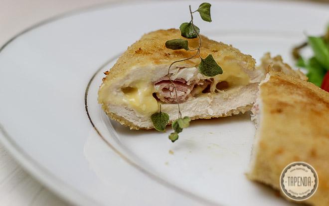 panierowany kotlet cordon bleu z nadzieniem z szynki i żółtego sera