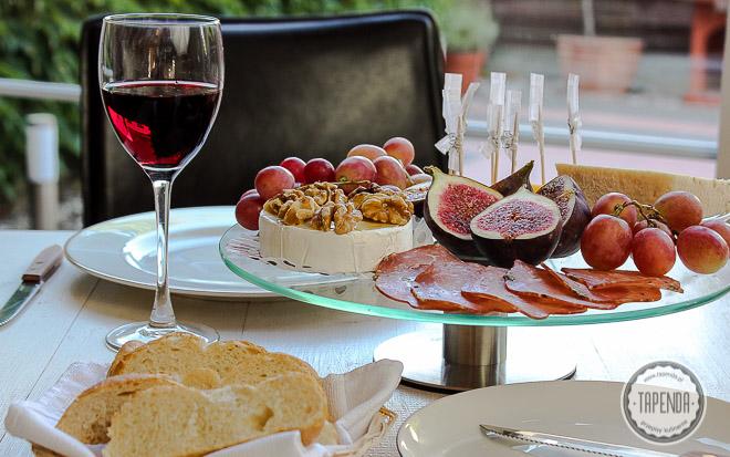 figi z serem, orzechami i wędlinami