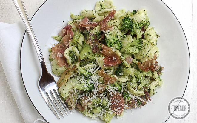 Makaron z brokułami i szynką parmeńską