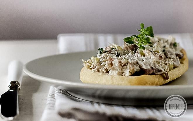 Pasta z wędzonej makreli z kiszonym ogórkiem i cebulą