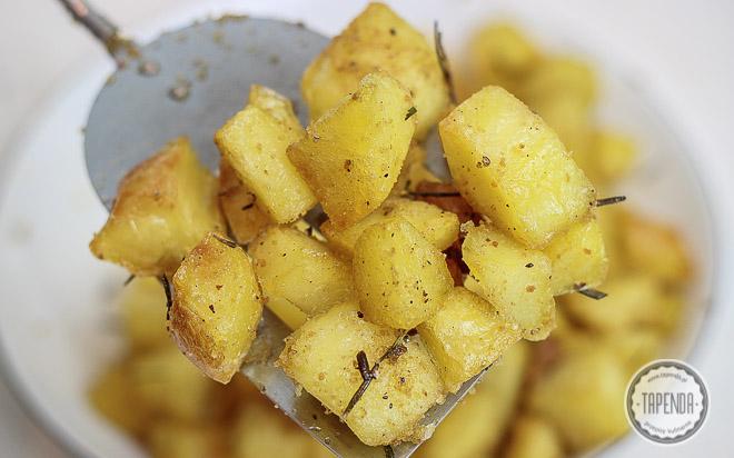 Pieczone ziemniaki z rozmarynem i tartą bułką
