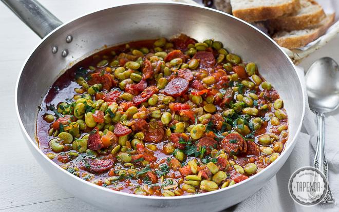 Bób w sosie pomidorowym z chorizo