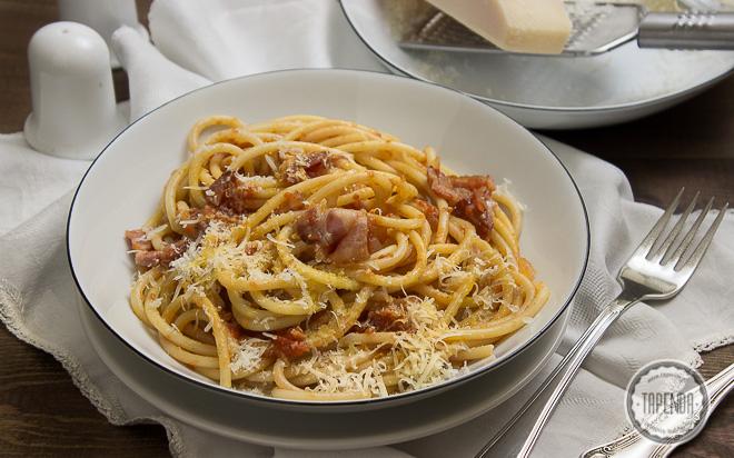 bucatini all´ amatriciana z boczkiem w sosie pomidorym