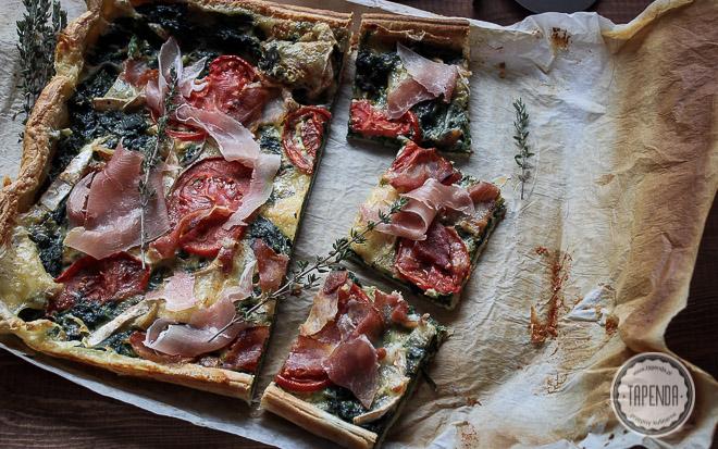 ciasto francuskie w postaci pizzy ze szpinakiem, serem pleśniowym, szynką i pomidorami