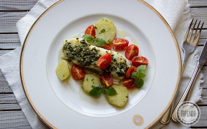 Dorsz z ziołowym pesto i pomidorami