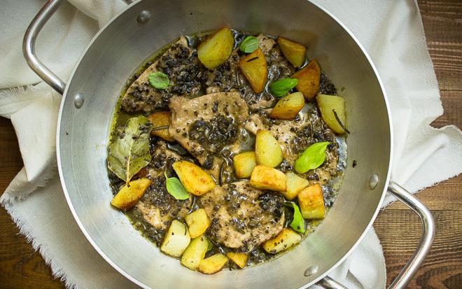 Duszone bitki ze schabu z salsą z oliwek i ziemniakami