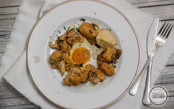 Jajka sadzone w kalafiorze w sosie pomidorowym