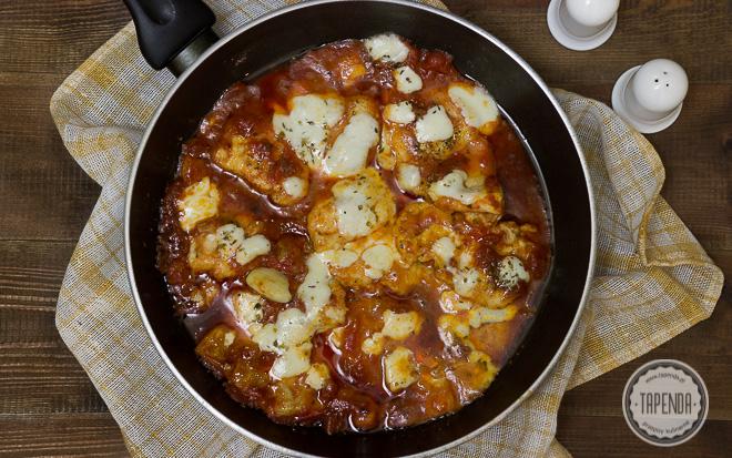 Kotleciki drobiowe w sosie pomidorowym z mozarellą