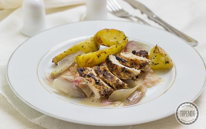 Kurczak w panierce z jałowca ze smażonymi ziemniakami