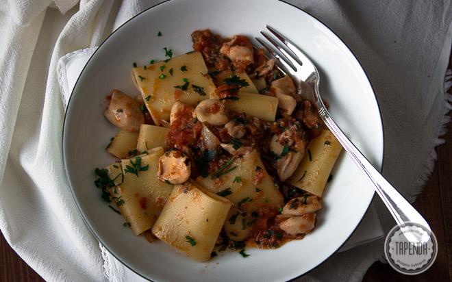 Makaron z tuńczykiem i kalmarami w sosie pomidorowym