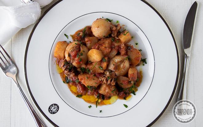 Mątwy z ziemniakami w sosie pomidorowym