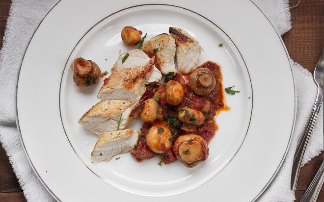 Pieczarki w sosie pomidorowym ze smażonym kurczakiem