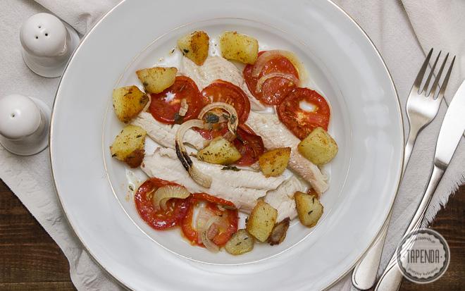 Pieczony pstrąg z pomidorami i cebulą