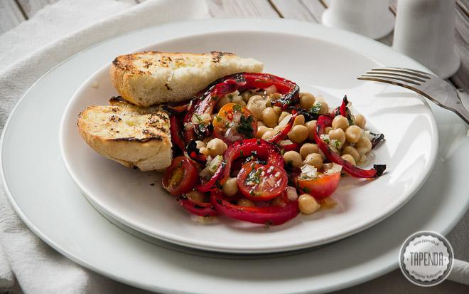 Sałatka z ciecierzycą, papryką i pomidorami