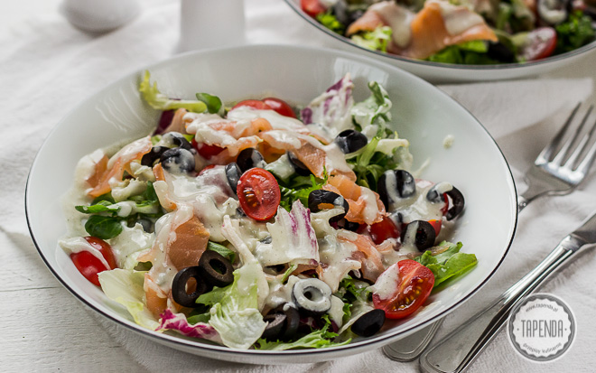 Sałatka z wędzonym łososiem i sosem gorgonzola