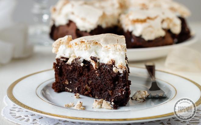 Tort czekoladowy z orzechami i bezą