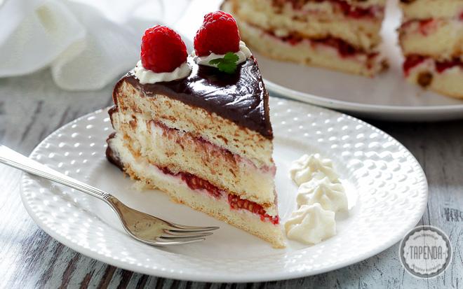 Tort z malinami i czekoladą