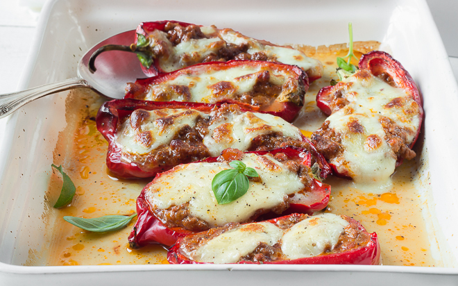 Zapiekana papryka z mięsem i serem mozzarella
